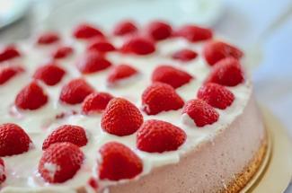 Без сковородки и духовки: 3 рецепта бесподобного торта из йогурта и печенья