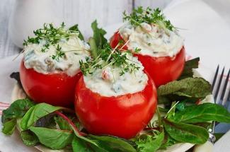 Закуска на пять с плюсом: 5 рецептов фаршированных помидоров, которые затмят собой любой салат