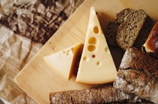 Как спасти засохший сыр: 3 сытных блюда с нежным сливочным вкусом