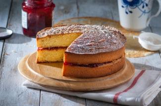 Идея для бисквитного торта из варенья, которого заготовила на зиму так много, что его некуда девать