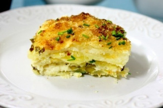 Картофельная запеканка с брынзой — сытное блюдо, которое выручает, когда в холодильнике шаром покати