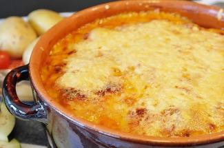 Картофельная запеканка с соленым огурцом: аппетитное блюдо из простых ингредиентов