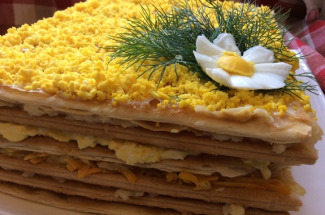 Слоеный салат с крекерами стал любимчиком на нашем столе и в праздники, и в будни