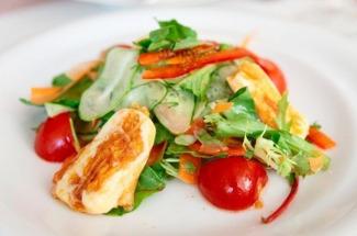 Теплый салат с жареным сыром: блюдо, которым можно наесться и больше ничего не готовить