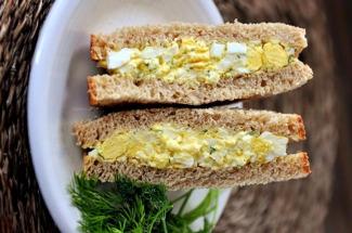Большой и сытный яичный бутерброд без мяса, который готовится 15 минут из 4 ингредиентов
