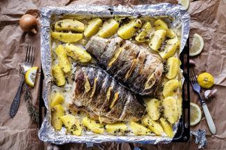 Вкуснее жареной: 3 простых блюда из рыбы, приготовленной в духовке