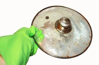 Секрет мытья «узких» мест крышек от кастрюль и сковородок