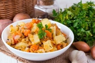 Летом приноровилась готовить овощное рагу в микроволновке, быстрее чем в духовке и не жарко