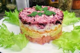 Праздничный салат с консервированной рыбой – выглядит красиво, на вкус бесподобен