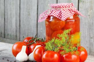 Консервированные томаты по рецепту моей свекрови. Проверенный рецепт без стерилизации и прочих «заморочек»