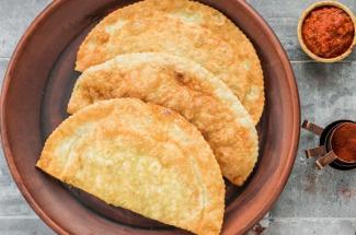 Освоила приготовление чебуреков с сыром сулугуни.  Просто и вкусно — семья довольна и просит приготовить еще