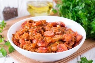 Готовлю «антикризисный» ужин за копейки из капусты и сосисок. А мужа от него за уши не оттащишь