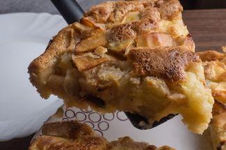 Готовлю пирог прямо в сковороде. Просто заливаю яблоки тестом и жарю 19 минут