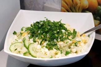 Чтобы цветная капуста не пропадала зря: полезный и сытный салат из дачного урожая