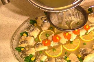 «И вовсе она не гадость!» Готовим заливную рыбу правильно по рецепту из «Книги о вкусной и здоровой пище»