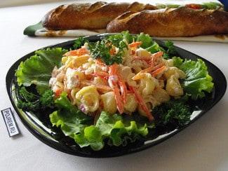 Салат с макаронами, куриной грудкой и красным болгарским перцем