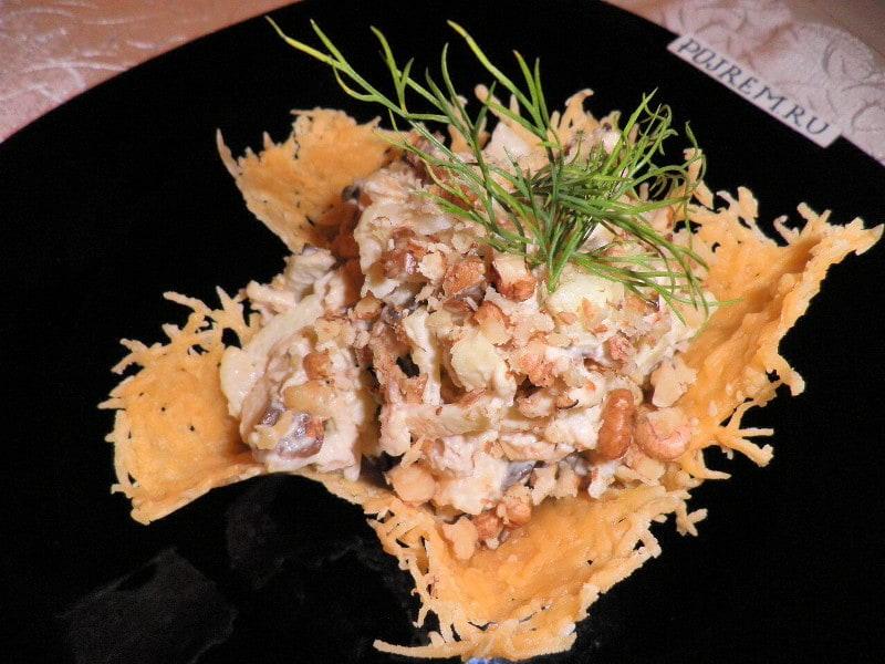 салат с курицей и грибами в сырной корзинке