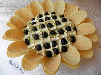 Салат Подсолнух с чипсами и печенью трески