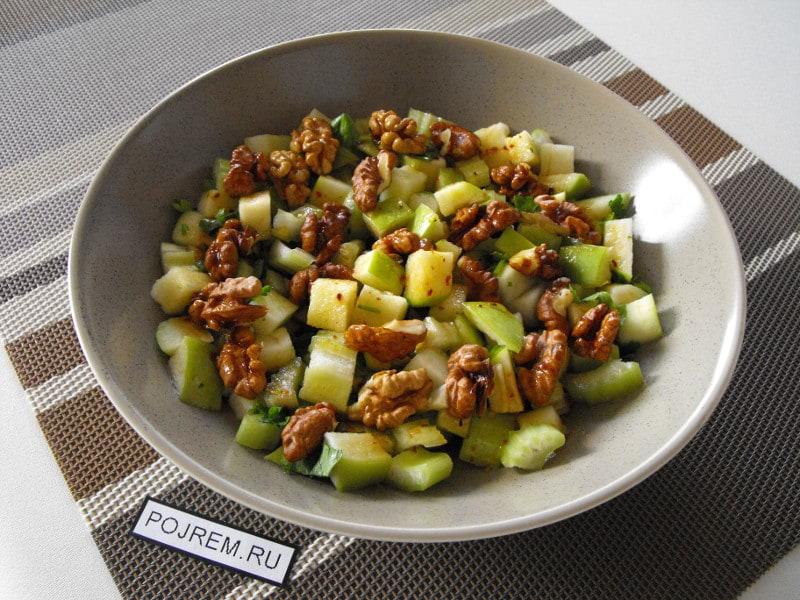 Салат с сельдереем и грецким орехом