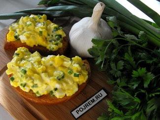 Закуска на гренках из яиц с зеленым луком