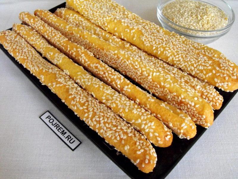 палочки из двух видов сыра в кунжутной корочке
