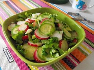 Салат с редисом, кабачком, яйцом и зеленым луком