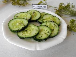 Салат из свежих огурцов с мятой