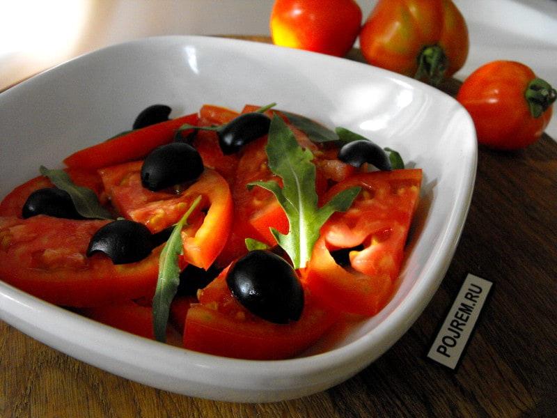 Салат со свежими помидорами, маслинами и рукколой