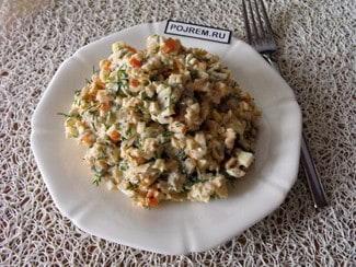 Салат с маринованными шампиньонами, курицей и яйцами