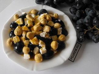 Салат с виноградом, фетой и фундуком