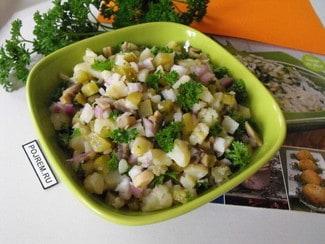Салат с грибами, маринованными огурцами и картофелем