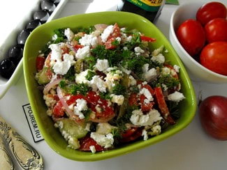 Салат с печеным болгарским перцем, помидорами и сыром