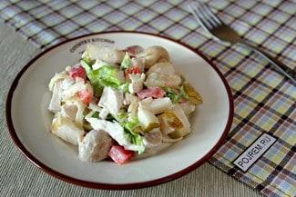 Салат с курицей, грушей и шампиньонами