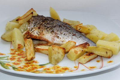 Запеченная рыба с картофелем