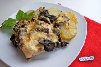 Запеченные куриные бедра с картошкой и грибами