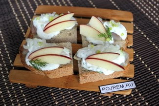 Бутерброд с селедкой и яблоком