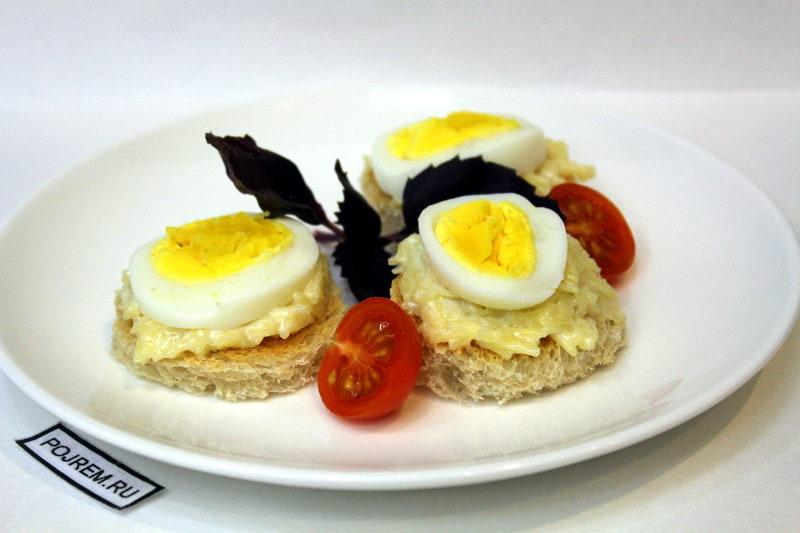 бутерброды с сыром, чесноком и яйцом