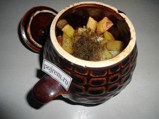 Тушеная картошка с мясом в горшочках