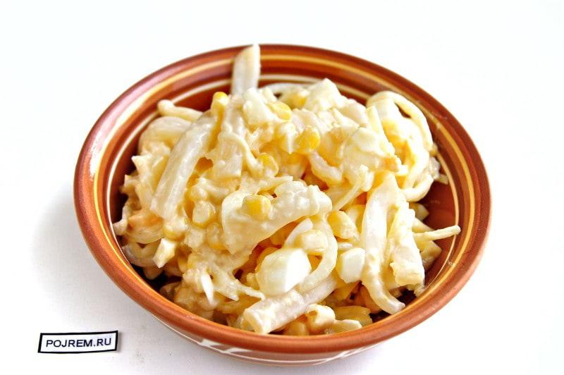 салат с кальмарами и кукурузой с фото рецепт