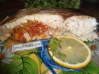 Рыба, фаршированная овощами, запеченная в рукаве