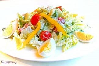 Салат с консервированным кальмаром и яйцом