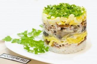 Салат с рисом и копчёной курицей