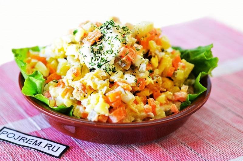 овощной салат с рыбой холодного копчения