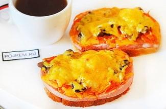 Горячие бутерброды с колбасой и грибами