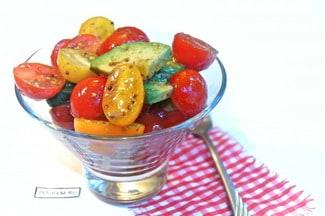 Салат с авокадо и помидорами черри
