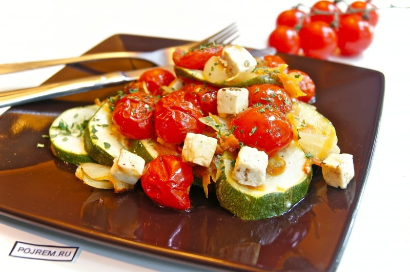 кабачки, запеченные с помидорами