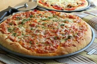 Пицца с ветчиной, сыром и помидорами