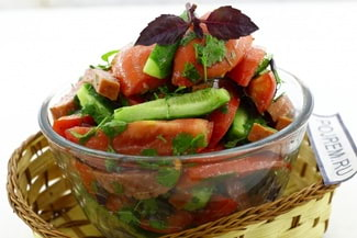 Салат с помидорами, колбасой и огурцами