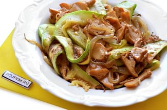 Кабачки жареные с грибами и луком