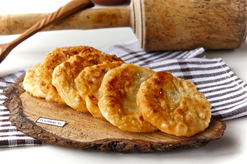 лепешки с луком и сыром на сковороде